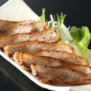 1週間塩漬けにした豚バラ肉を使い、丸一日かけて温燻された自家製ベーコン。燻製には桜のチップが使われています。生ハムのようなしっとりとした食感と、深い味わいを楽しむことができる人気メニュー。