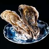 コース料理のお楽しみ、旬を味わえる『今日の選べる前菜 殻付きカキ』