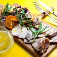 ひなもりポークは肩ロースを中心に耳、タン、ホホ肉、スネ肉などが使われています。ロース肉はマリネにしたものを低温のオーブンでゆっくり時間をかけてロースト。他にも四季折々の野菜や魚が登場します。