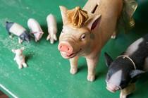 店内には、さまざまな表情をした豚の置物がズラリ