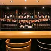 """多種多様な""""美酒""""を取り揃え。好みの味に出合えるバー"""
