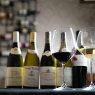 フランス料理に合わせるように、ワインはフランス産を中心に揃えています。銘柄、品種、クセ、味わい、料理との相性など、一つひとつのワインを吟味しながら仕入れています。
