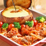 食べ応えありの肉料理に、濃厚チーズと楽しむメニューまで盛りだくさん。いずれのメニューもワインが進むこと間違いなし。