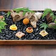 秋田の食材で織りなすコースの始まりは、季節野菜・魚介・肉を巧みに組み合わせたインパクトに富む皿。甘味・酸味・塩味・苦味・旨味をテーマにした5つのアミューズが五感を刺激。ワクワク感に満ちた食事が幕開け!