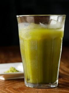 お茶どころの定番、濃いグリーンが爽やかな『静岡茶割り』