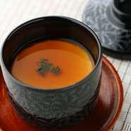 賛沢な気分にさせてくれる逸品。滑らかな舌触りと濃厚な味わいを楽しめます。フランにのせるソースやスープは、旬の食材を活かしてつくられるため季節によって変化。フランとは、日本風に言うと「茶碗蒸し」です。