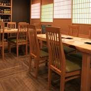 広々としたテーブル席は、最大10名まで利用可能。和の内装が心地よく、接待や会食などのビジネスシーンにもふさわしい空間です。自慢の逸品を揃えたコースは5000円から用意。