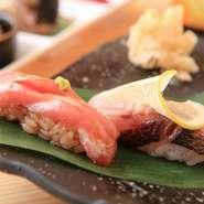 漁港から直接仕入れる房総の地魚や厳選した国産マグロなど、素材はどれも吟味を重ねたものばかり。シャリは赤酢と白酢を使い分け、ネタとの一体感を追求しています。2種類のウニの食べ比べも楽しみ。