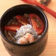 鰹節と昆布で丁寧に出汁をとり、上品な味わいに仕立てた夏の料理。トマトの程よい酸味が爽やかで、体の中から涼しくなれる一品です。秋冬は、温かい茶碗蒸しや土瓶蒸しなどが登場します。