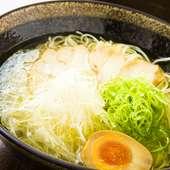 じっくり時間をかけてつくる、濃厚な旨みがあるのにスッキリした味わいのスープが自慢の『塩ラーメン』