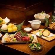恵比寿・白金エリアでの大人のデート、ご夫妻での食事に人気が高い店。食材を丁寧に吟味し、素材の持ち味を輝かせる本当に美味しい和食に出会えます。本格料理をアラカルトで気軽に愉しめる懐の深さも魅力的。