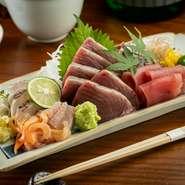 【ととや】の店名通り、魚が美味しい和食店。なかでも店主が豊洲で目利きして仕入れる旬魚介で織りなす刺身は自慢の品。お酒と一緒にゆっくり愉しめるよう、種類・量とも多め。一人前から注文OKで、写真は二人前。