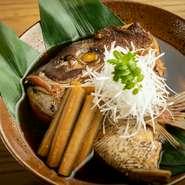日本酒によく合う、関東風のこっくりした味と奥行きのある煮方が持ち味の炊き合せ。牛蒡の風味と食感もお酒を進めます。季節や仕入れに応じて、金目鯛や黒ムツなどの魚も登場。酒肴の愉しみが尽きません。