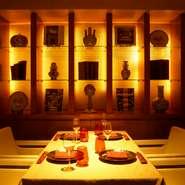 ゆったりとした雰囲気が漂う完全個室、半個室のみの店内は、照明が落とされた大人の空間。他の来店客を気にせず極上の料理を味わう贅沢な時間が楽しめます。横並びでも座れるソファー席はデートにもおすすめです。