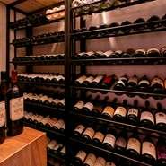 フレンチレストランにも引けを取らない約300種類以上のワインリスト。料理の味付けに合わせたワインを提供できるように、深めの赤ワインから口当たりの軽い白ワインまで幅広く常備されています。