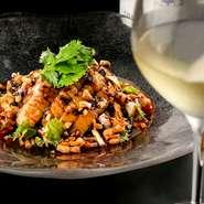 千葉県産の地鶏を、80℃の低温で1時間じっくりと蒸し上げ、旨みを閉じ込めてしっとりした食感に。鶏そのものの味わいを感じられるように、下味はつけずソースをからめるのみで味わうスタイルです。