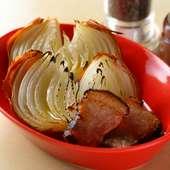 味付けはシンプルに塩とオリーブオイルのみ『丸ごとたまねぎ オーブン焼き 下田豚添え』