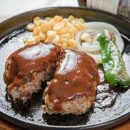 8種類以上の部位を混ぜ合わせた「オリジナルの挽肉」のハンバーグステーキ。旨味たっぷりの肉汁があふれ出します。3種類のソースの中から選べのるも嬉しいポイントです。※写真は『手造りハンバーグ鉄板ステーキ』