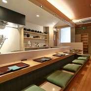 京都の魅力に精通している店主。日々つくり上げる一皿には、旬の美味しさと美しさが凝縮されています。上質な料理を身構えずに味わえるカウンターならば、ゲストの心もお腹も満たされること間違いなし。