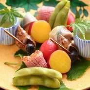 彩り豊かな京野菜や京都で栽培される野菜など、旬の味覚もふんだんに取り入れられています。さらに、和食に合う鴨や牛などは、その都度目利きしたものを選りすぐり。