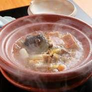 日本酒とすっぽんだけで炊いていくため、純粋なすっぽんの美味しさのみを味わえる極上の逸品。熱々のスープが、五臓六腑に旨みがゆっくりと染み渡っていきます。