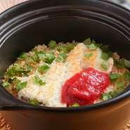 都度コースの進み具合に合わせ炊き上げられるので、常にでき立てをいただけます。夏の鱧や秋の秋刀魚に加え、冬場に登場する九条葱と湯葉の餡掛けご飯にも期待大。