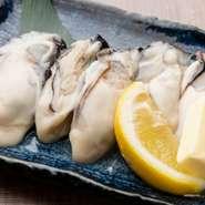 広島産の牡蠣を食す贅沢な一品です。セルフで焼き上げるので、好みの焼き加減にできるのもうれしいポイント。軽く焦げ目がつくまで加熱すれば、表面はカリカリ、中はプリップリの食感のコントラストが生まれます。