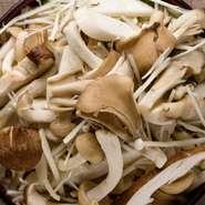 シイタケ、エリンギ、マイタケ、エノキ、シメジをバターで焼き、塩胡椒で味付け。それぞれに異なる食感と香りを堪能できます。ヘルシーでダイエット中でもギルティフリーに楽しめるハズです。