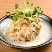 酒盗や白味噌を使った『酒呑みのポテトサラダ』はしっかりとした食べ応えと、濃い旨みが特徴