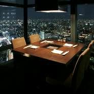 汐留シティセンター41階、地上215mから都心の街並を一望。なかでも夜景が美しく、光あふれる光景にため息が出るほど。店内の全ての席から眺望が楽しめますが、特に個室からの絶景は格別です。