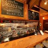 5席のカウンターと5卓のテーブル、10名までの貸し切り利用も可能な【Bistro MOUSQUETON】。気の合う友人同士集まって、気さくに女子会利用はいかが。本格料理とワインでもてなしてくれます。