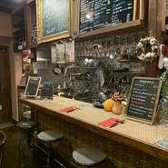 海外の田舎町にあるような素敵なカウンターでお食事いかがですか?ちょい飲みも大丈夫!でもついつい長居してしまう居心地ですよ。