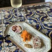 前菜3種盛りと選べるドリンクで1000円(税別) スパークリング or ビールor赤、白ワイン