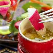 たっぷりの野菜を味わえる『バーニャカウダ』は、ニンニクとアンチョビをふんだんに使ったソースにつけて。クリーミーなソースはヤミツキになるおいしさ、ペロリと完食できてしまいそうです。