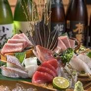 【本マグロ炉端劇場 魚島屋 久茂地本店】には、全国の漁港からプロの目利きが厳選した魚が直送されます。時期が移れば魚の仕入場所も変わるので、沖縄に居ながら脂ののった旬の魚を堪能できるのが嬉しい。