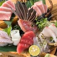 【本マグロ炉端劇場 魚島屋 久茂地本店】の自慢はなんといっても旬の魚。その日に届いた新鮮な魚を5種盛り合わせるので、日替わりで内容が替わります。魚の本来のうま味が楽しめるオススメの一品です。