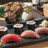 【本マグロ炉端劇場 魚島屋 久茂地本店】では、寿司も美味。 鮮度抜群、大きめのネタ、見た目も美しい寿司は、食事の最後を締めくくるのにも十分な満足感です。仕入れによるので、「日替わりメニュー」は必見!