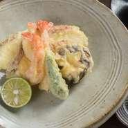 沖縄県は全国に車海老を供給する名産地。【すし むらかみ】では獲れ立て新鮮な車海老を造り、鮨、天ぷらなどで堪能できます。カウンターで食する『車海老の天ぷら』の揚げ立てはひときわ贅沢です。