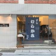 カウンター10席のみのシンプルな店内はアットホームな雰囲気で、観光や出張で沖縄を訪れた方も気軽に利用できます。築地さながらの江戸前鮨に大将考案の琉球鮨、天ぷらや焼き魚などメニューは豊富です。