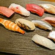 「煮穴子」「小肌」「しゃこ」など江戸前を代表するネタから人気の「中トロ」「うに」まで種類は豊富。琉球鮨には「イラブチャー」の味噌〆のほか「オジサン」「ミーバイ」などが登場します。