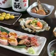 【むらかみ】は酒に合う一品料理も豊富。薄めの出汁で炊いた「子持ちやりいか」や骨まで食べられる「さんまの梅煮」に「白子」。沖縄の素材では「夜光貝の酒蒸し」「島さざえの旨煮」などが登場します。