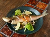 札幌中央市場から直送仕入れしている、35センチと特大の生ホッケのグリル焼です。沖縄では魚はバター焼きで食すのが馴染みの食べ方。付け合わせのキノコのソテーと一緒にいただきます。