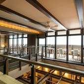 2階にはテラス席があり、心地良い風を感じながらの食事も可能