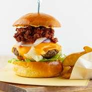 チリソースで味付けた牛肉がトッピンされたハンバーガー。自慢のパティも入っており、2種類の肉、トマト、レタス、玉葱、チーズが織りなすマリアージュが楽しめる贅沢な逸品です。