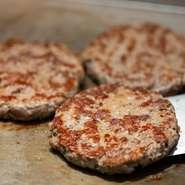 ハンバーガーが自慢の【Craft Burger&Grill Jiro】。中でもパティにこだわっており、素材はブラックアンガス牛を使用しています。噛めばかむほど旨味があふれ出し、思わず笑みがこぼれます。