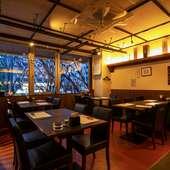 リラックスして食事を楽しめる雰囲気の店内