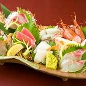 色とりどりに盛られた華やかな一皿、季節の味を楽しめる新鮮な鮮魚を使用した『お刺身盛り合わせ』