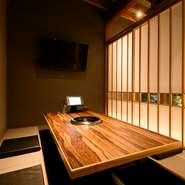 和の落ち着いた雰囲気を醸す、掘りごたつの完全個室。気の合う仲間との宴会や会食はもちろん、接待などのビジネスシーンにも利用できます。襖を開ければ、大人数での食事会も叶う、頼れる焼肉専門店です。