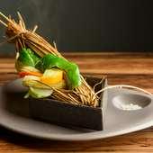 藁の香りを纏った上品な味わいを五感で味わう『季節野菜の藁包蒸し ゲランドの塩で』