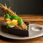 素材の滋味に、藁の香りを纏わせる【有亭】ならではの逸品。季節野菜の甘みと旨味が凝縮した「素材の滋味を堪能する」上品な味わいに出合えます。仏ブルターニュ地方のゲランドの塩でシンプルに召し上がれ。